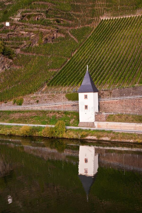 Vieille maison de ferry à la rivière la Moselle près de Trittenheim photographie stock