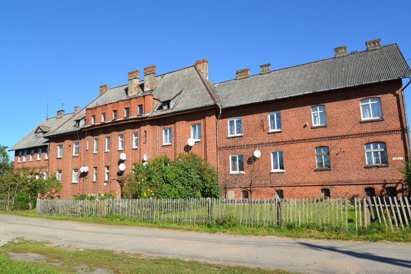 Vieille maison de la construction allemande sur la rue de Vokzalnaya dans Znamensk image stock