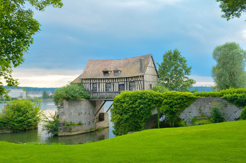 Vieille maison de moulin sur le pont, la Seine, Vernon, France photo stock