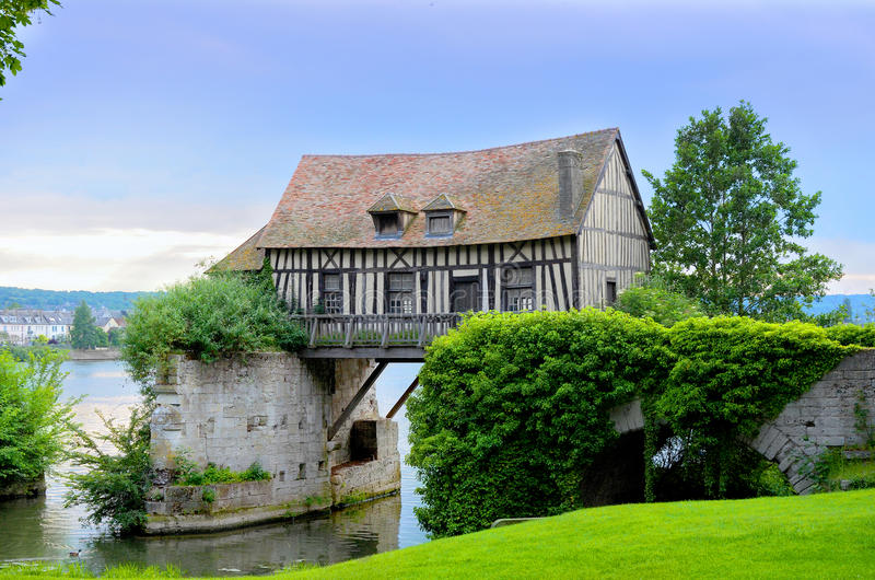 Vieille maison de moulin sur le pont, Vernon, Normandie, France photographie stock