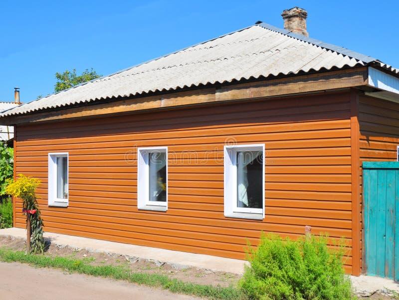 vieille maison de rénovation avec de nouveaux murs de voie de