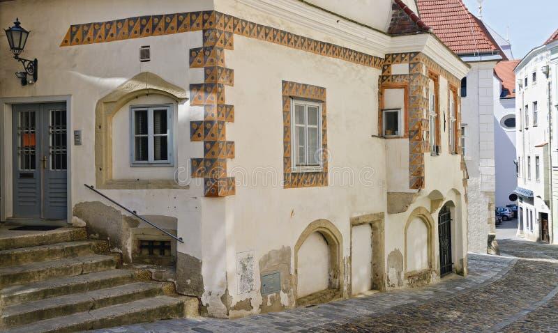 Vieille maison de ville avec des ornements photographie stock libre de droits