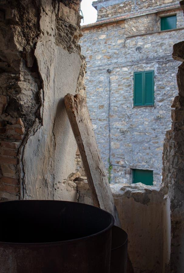Vieille maison de vue dans la vieille ville avec les abat-jour verts image stock