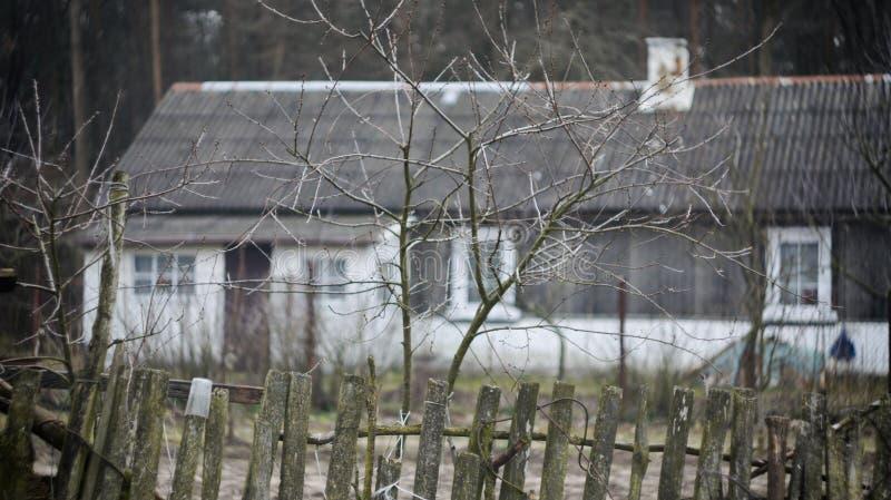 Vieille maison derrière une barrière photos stock