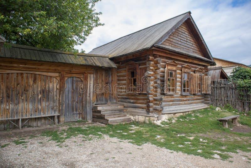 Vieille maison en bois à la campagne image stock