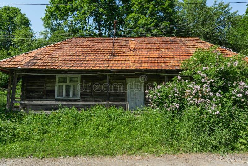 Vieille maison en bois abandonn?e Dans la campagne en Ukraine image libre de droits