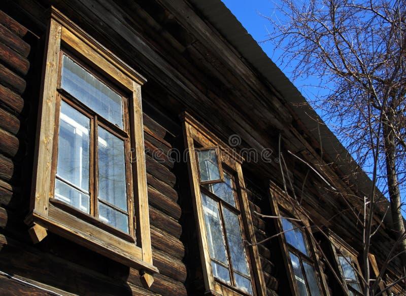 Vieille maison en bois avec l'équilibre jaune photo stock