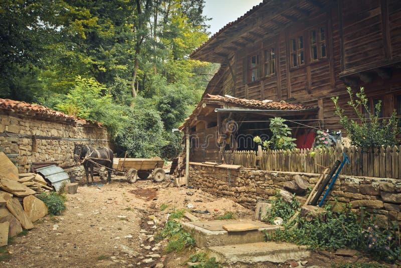 Vieille maison en bois avec la cour dans le village Zheravna bulgaria photographie stock