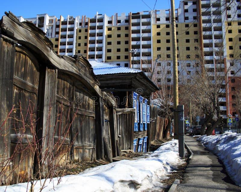Vieille maison en bois avec une porte délabrée et la porte images libres de droits