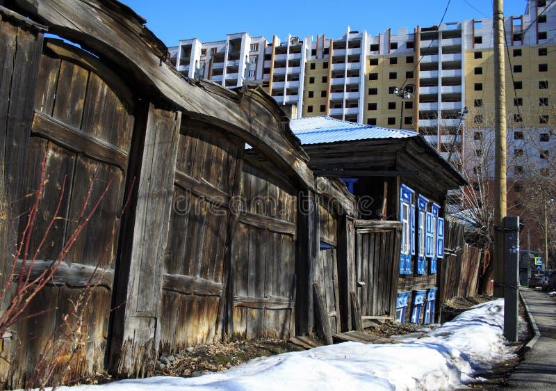 Vieille maison en bois avec une porte d?labr?e et la porte photos libres de droits