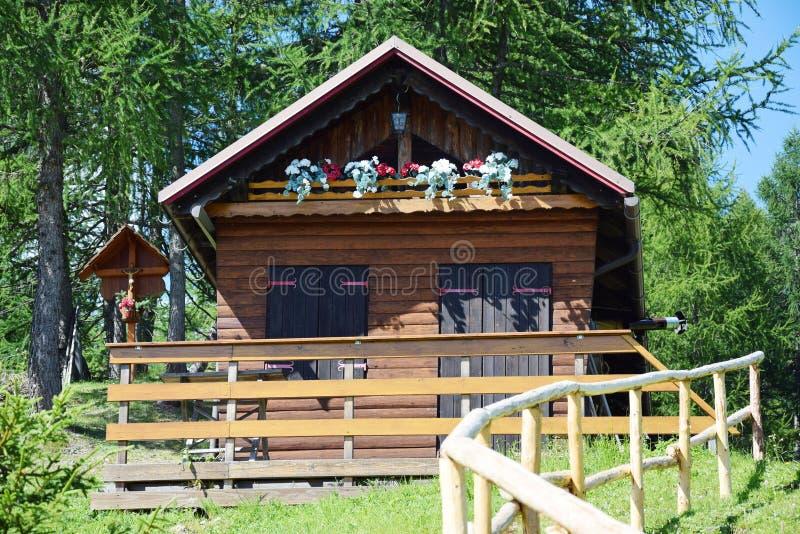 Vieille maison en bois dans Cadore, montagnes de Dolomity, Italie photo stock