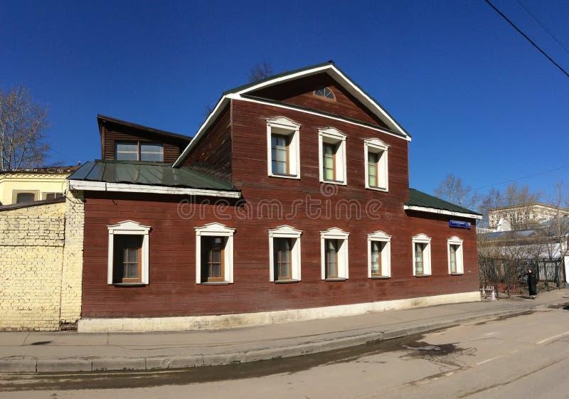 Vieille maison en bois dans la rue de Malaya Ordynka Moscou, Russie photographie stock libre de droits