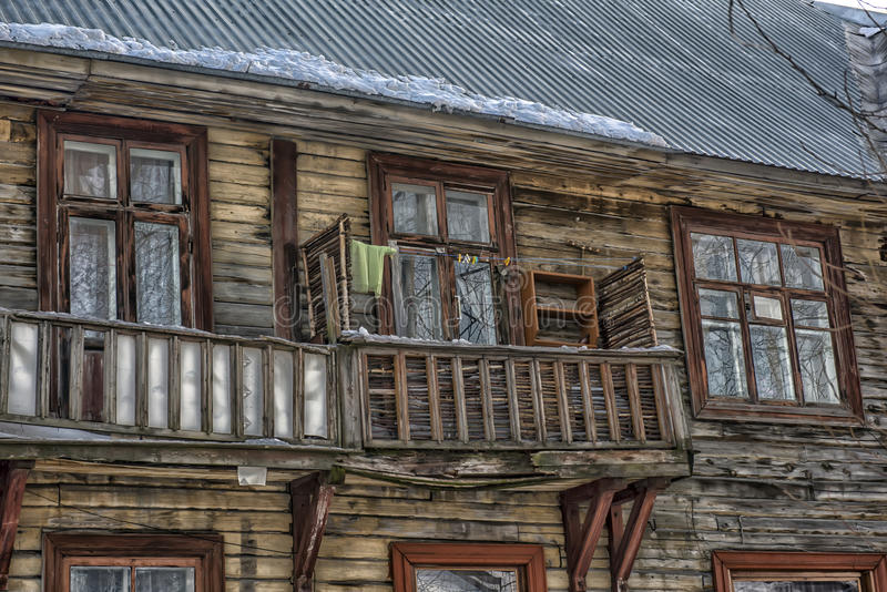 Vieille maison en bois de balcon images stock