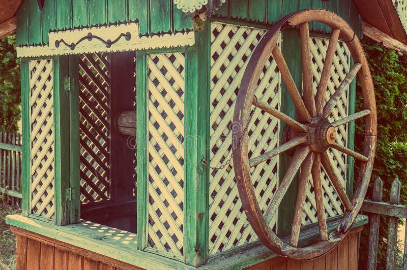 Vieille maison en bois de puits d'eau avec une grande roue image stock