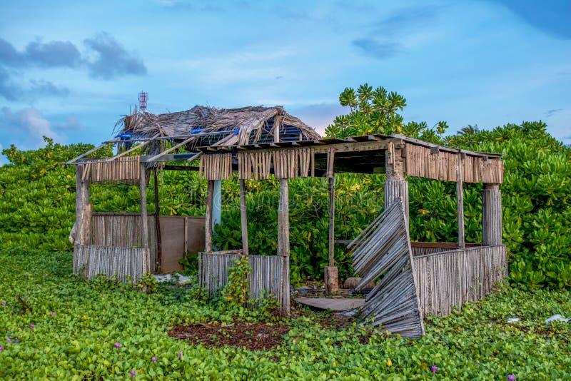 Vieille maison en bois effondrée à l'île tropicale photographie stock