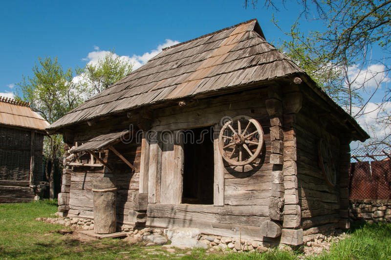 Vieille maison en bois en roumanie rurale image stock for Extension maison zone rurale