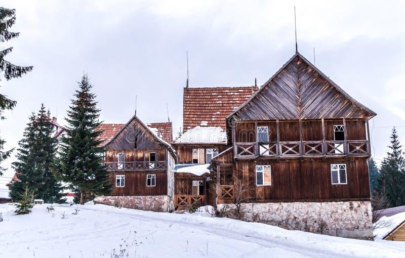 Vieille maison en bois endommagée et abandonnée dans les montagnes photographie stock