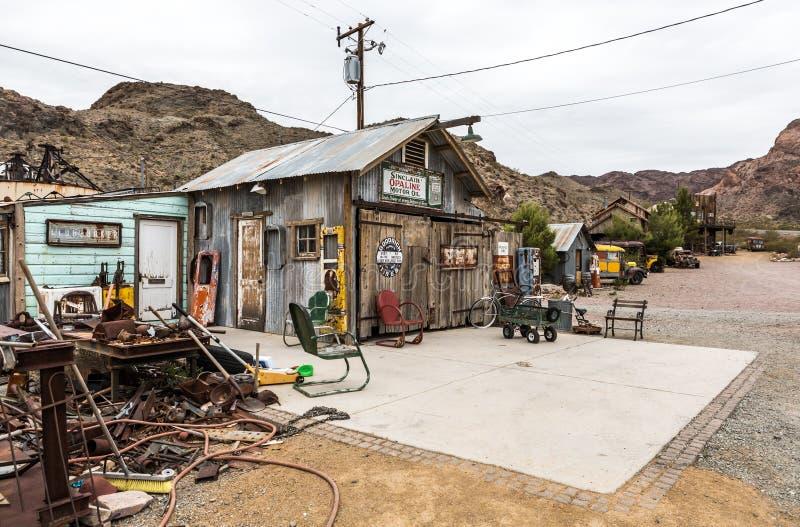Vieille maison en bois et vieille pompe à essence rouillée photos stock
