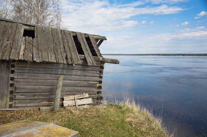 Vieille maison en bois par la rivi?re images stock