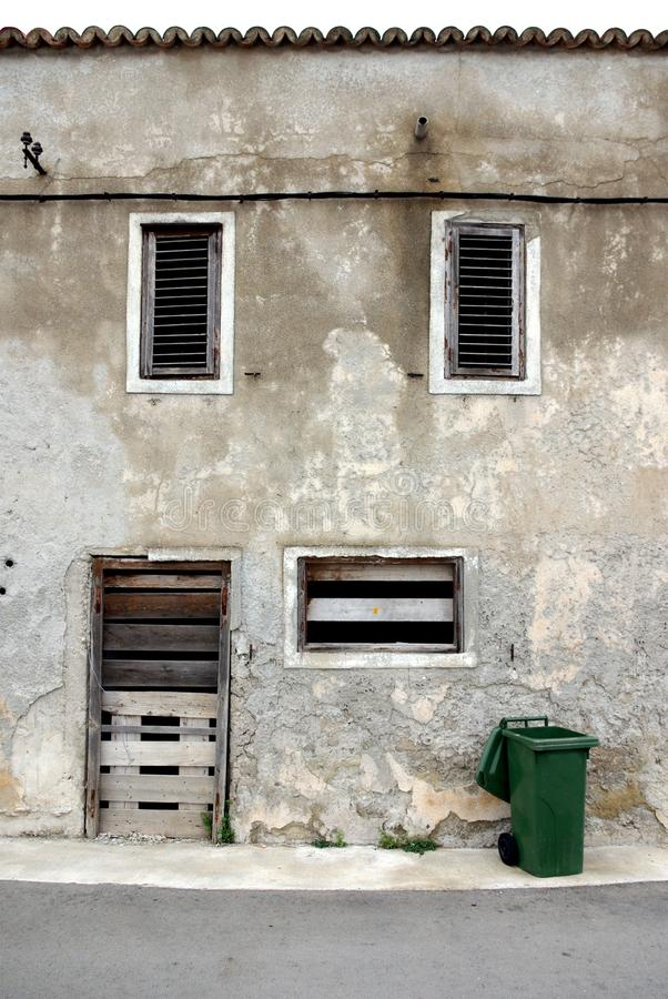 vieille maison en pierre abandonn e dans la vue de face photo stock image 26723968. Black Bedroom Furniture Sets. Home Design Ideas