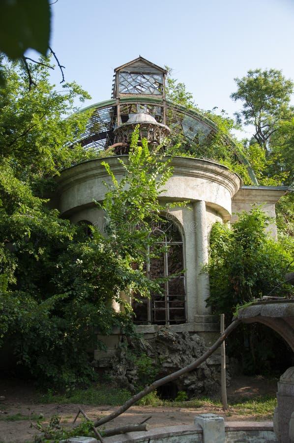 Vieille maison en pierre détruite blanche antique sur la cour verte avec des arbres autour Pauvreté et misère, du sud, été photographie stock libre de droits