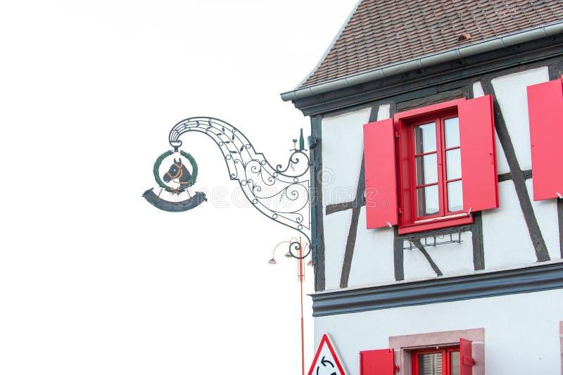 Vieille maison en pierre de style provencal français avec les volets en bois images stock