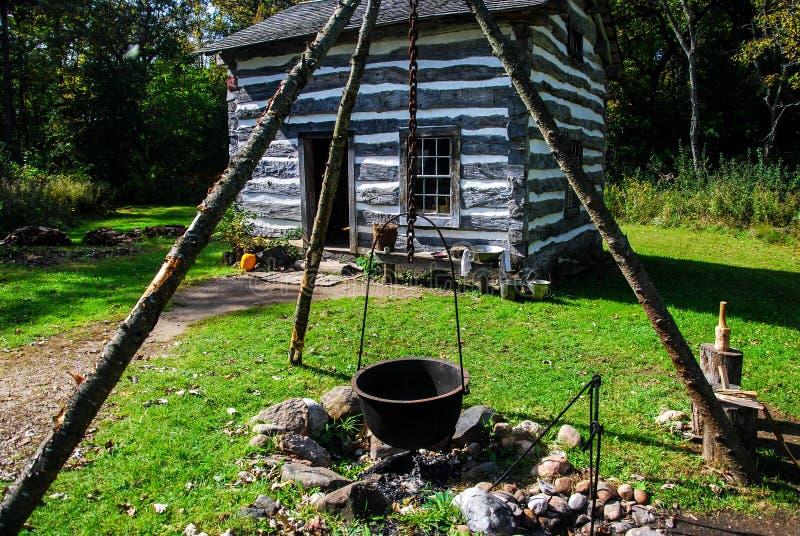 Vieille maison historique au Vieux Monde le Wisconsin avec un trépied de mine et de fonte du feu images stock