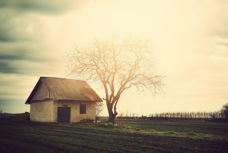 Vieille maison isolée image stock