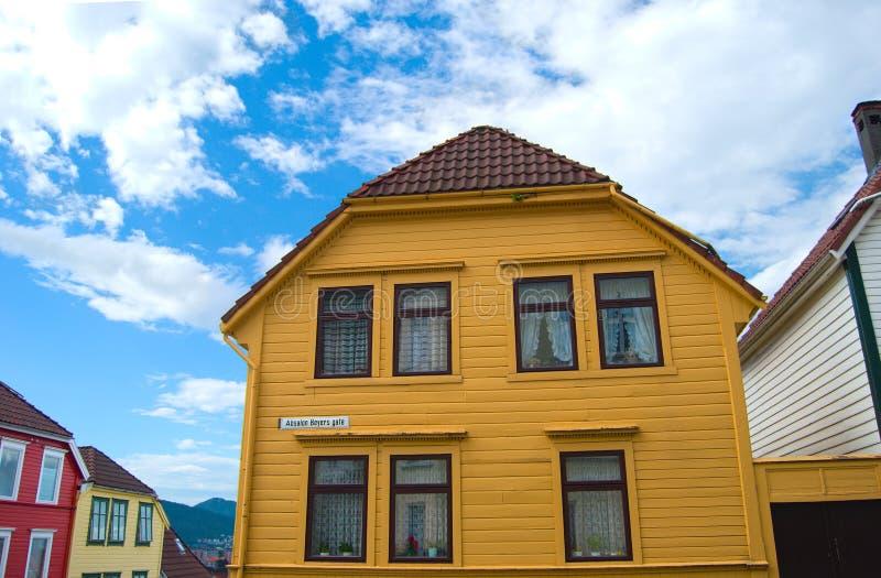 Vieille maison jaune à Bergen, Norvège images libres de droits