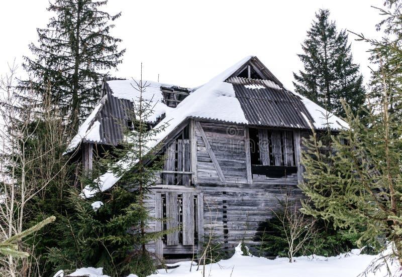 Vieille maison mystérieuse abandonnée dans les montagnes carpathiennes photos stock