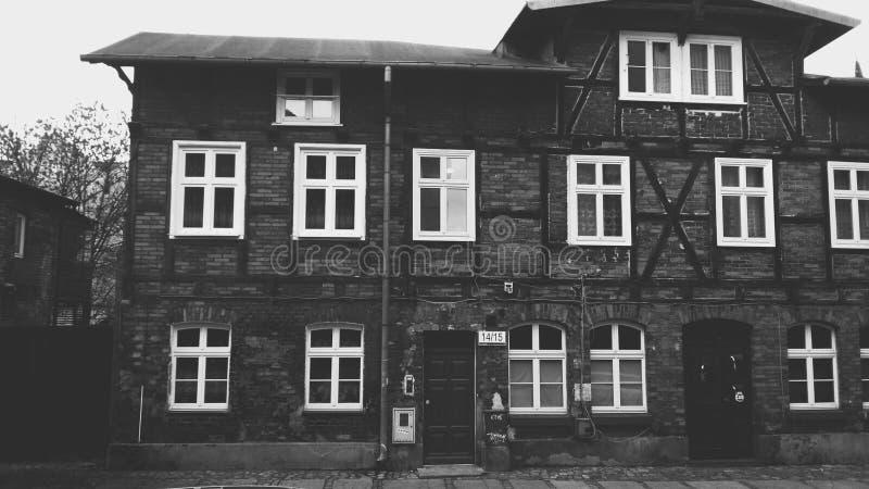Vieille maison noire et blanche à Danzig images libres de droits