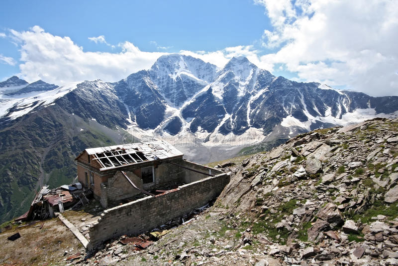 Vieille maison perturbée en montagnes de Caucase photographie stock libre de droits