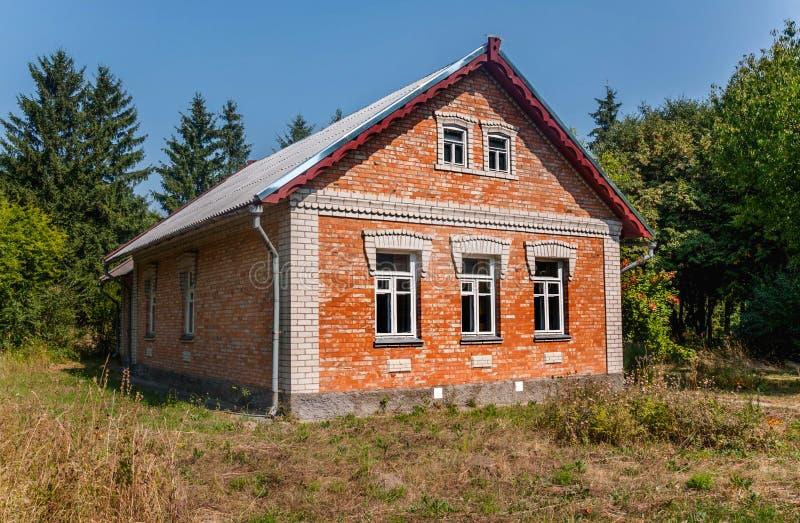 Vieille maison rentrée le jardin dans la chute photo stock
