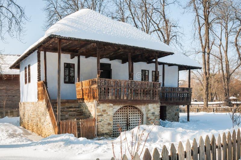 Vieille maison roumaine traditionnelle en hiver, typique des sud photos libres de droits