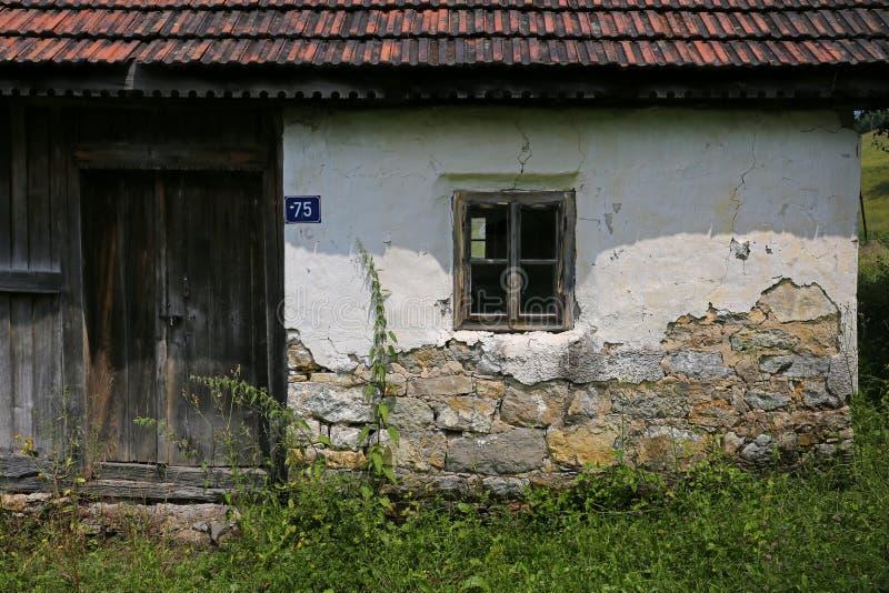 Vieille maison ruinée et abandonnée dans le pays photo stock