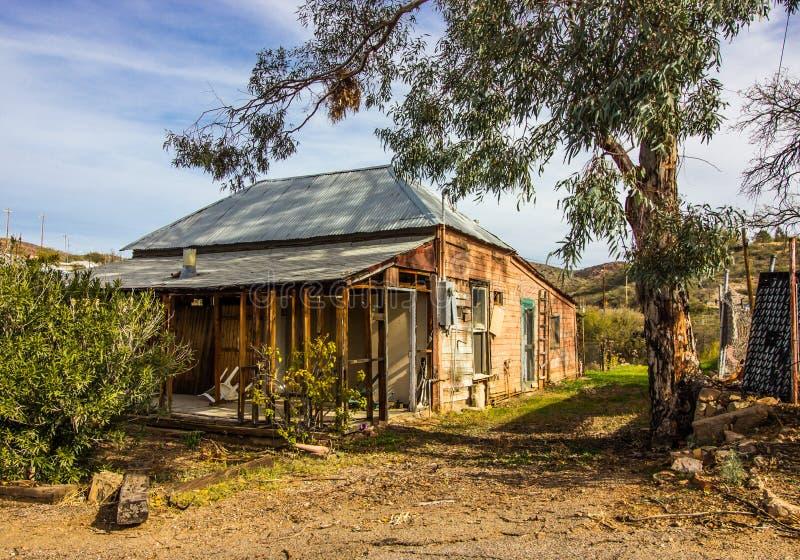 Vieille maison superficielle par les agents abandonnée dans le délabrement image libre de droits