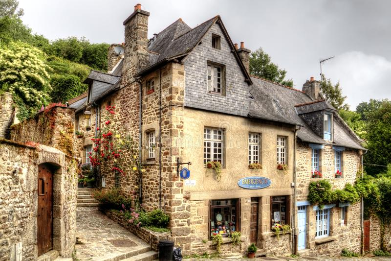 Vieille maison sur la rue médiévale de Rue de Jerzual dans Dinan, la Bretagne, France photo libre de droits