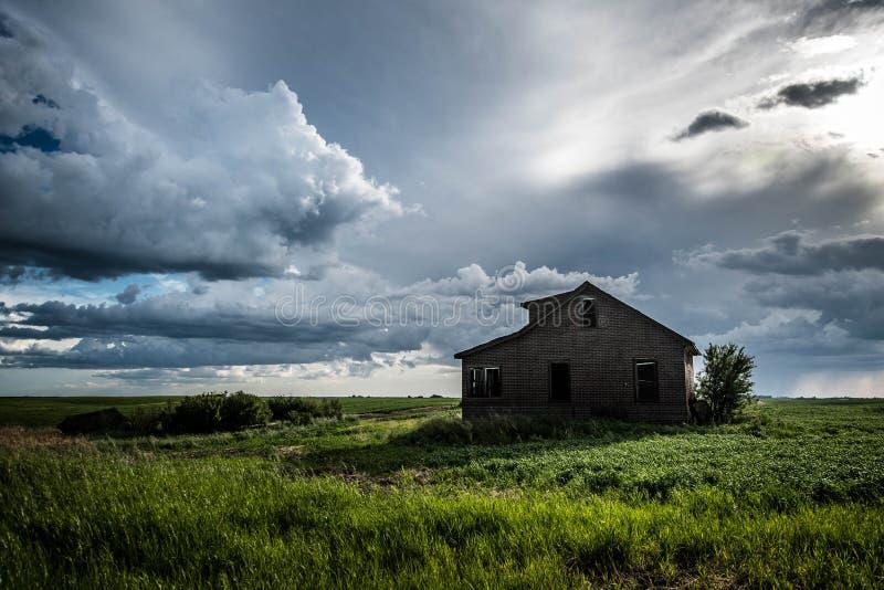 Vieille maison sur les prairies dans le printemps images stock