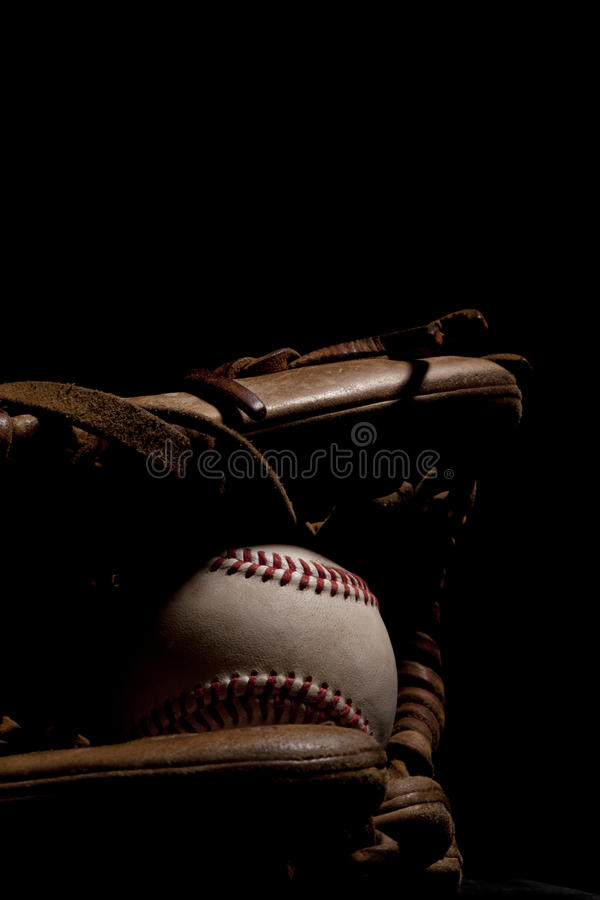 Vieille mitaine et base-ball images stock