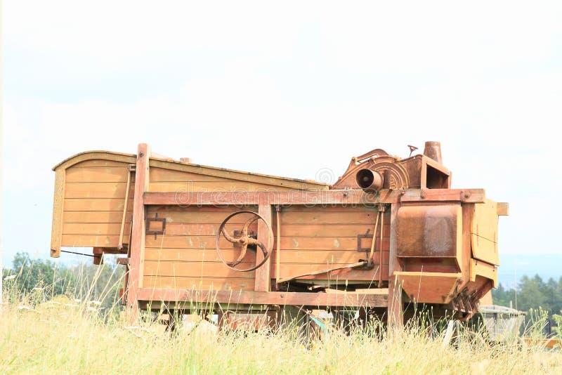 Download Vieille Moissonneuse En Bois Photo stock - Image du affermage, fermier: 76088072