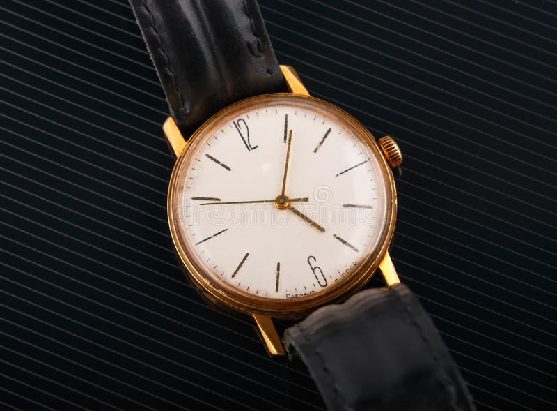 Vieille montre-bracelet soviétique sur le fond brillant noir images stock