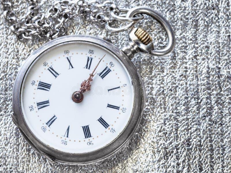 vieille montre de poche sur la fin argentée de tissu  images stock