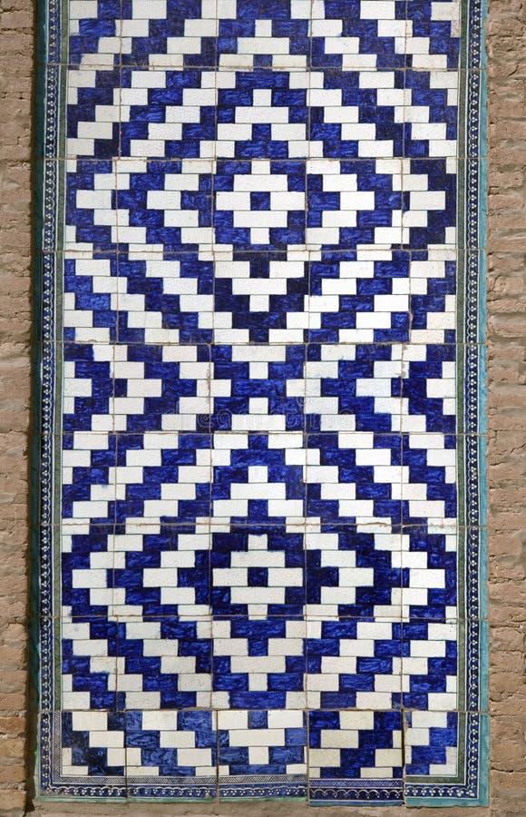 Vieille mosaïque orientale sur le mur d'une mosquée, l'Ouzbékistan photos libres de droits