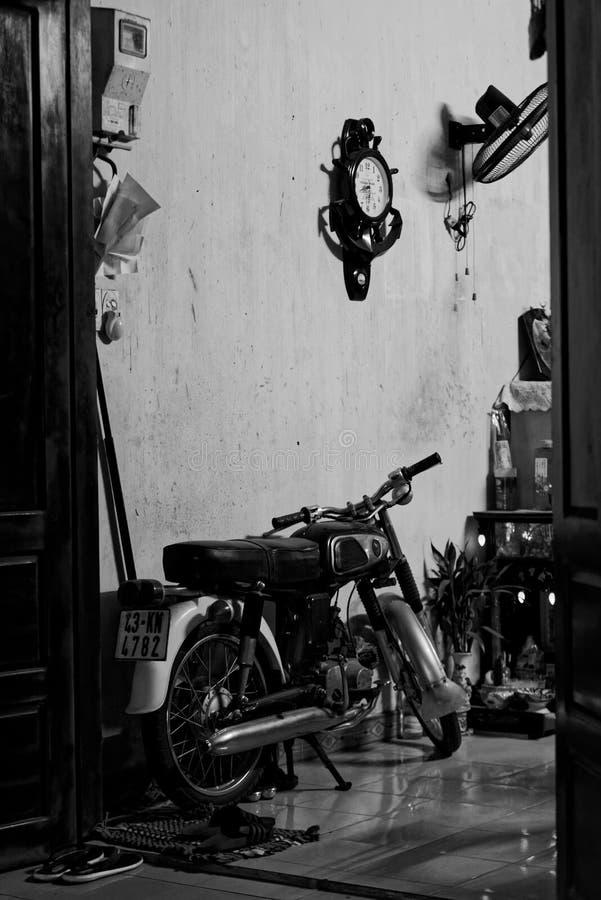 Vieille moto garée sur la rue en Hoi An image libre de droits