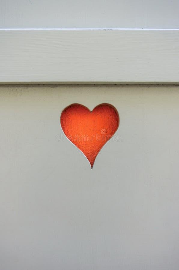 Vieille orange en bois de coupe de forme de coeur d'oeillère de volet de fenêtre images stock