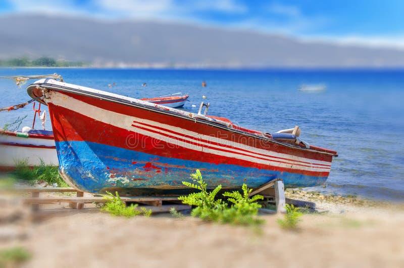 Vieille pêche rouge et bateau bleu attaché sur le dock photos libres de droits