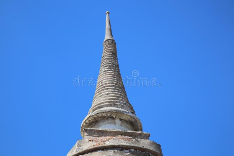 Vieille pagoda de ciment dans le temple thaïlandais, objets extérieurs de beau fond de ciel, bouddhisme photo stock