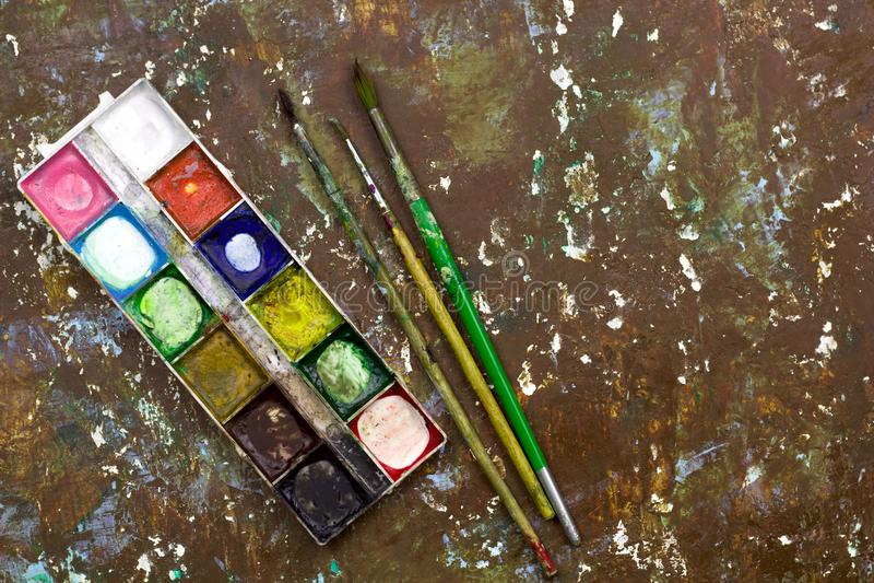 vieille palette utilisée de peinture d'aquarelle, vieilles brosses de vintage pour le drawin photo libre de droits