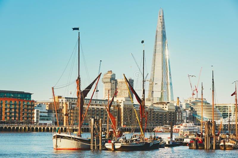 Vieille partie de Londres avec le gratte-ciel le tesson photo libre de droits
