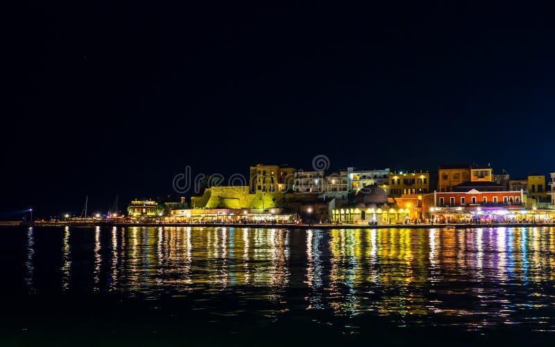Vieille partie de port de Chania - vieille ville par la mer - sc?ne de nuit - Cr?te, Gr?ce photographie stock libre de droits